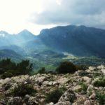 Des de la línia del penyasegat de la moleta de Binifaldó copsam la vall de Lluc, el Caragoler, n'Ali, Massanella, Galileu...